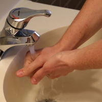 70% das infecções relacionadas à assistência a saúde poderiam ser evitadadas com a higienização correta das mãos, diz OMS