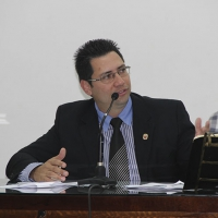 Prof. Fabiano solicita nivelamento dos paralelepípedos da Rua José Inácio, Centro