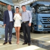 Mercedes-Benz entrega ônibus e caminhão para a cantora Paula Fernandes